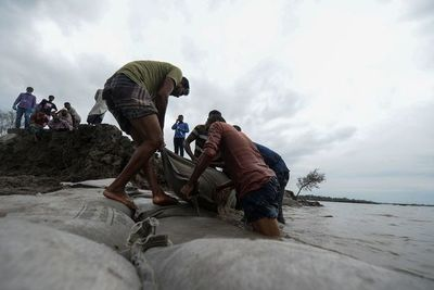 Ciclón deja al menos 88 muertos en Bangladés e India