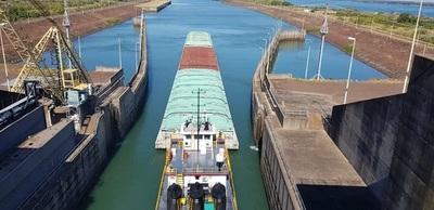 Anuncian que barcazas comienzan a navegar en zona de la esclusa de hidroeléctrica Yacyretá