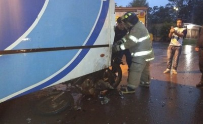 Motociclista embiste contra colectivo y termina hospitalizado