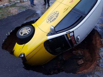 Taxista cuyo vehículo fue tragado por bache podría demandar a Municipalidad de Asunción
