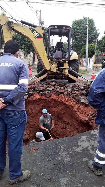 """Reparan """"mega bache"""" tras caída de taxi en B° San Vicente"""