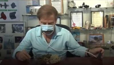 Novedosa mascarilla mecánica permite comer