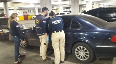 Estacionó su vehículo y bajó por unos minutos, pero al volver encontró a un hombre adentro