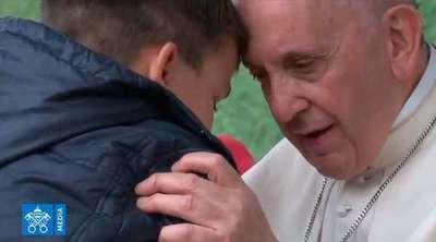 Un niño lloró en el hombro del papa