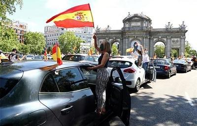 En auto y con mascarillas, españoles se manifiestan contra la gestión ante la pandemia