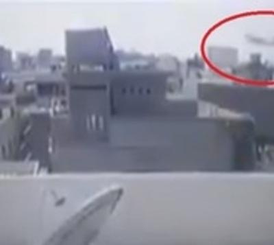 Las estremecedoras imágenes del accidente aéreo en Pakistán