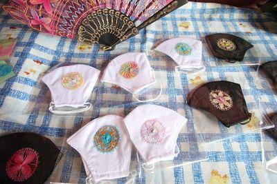 Abuela de 80 años hace exclusivos tapabocas con el distinguido sello ñandutí