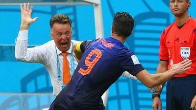 HOY / Van Persie revela que Van Gaal lo abofeteó en el Mundial de 2014