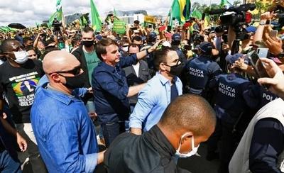 HOY / Una más de Bolsonaro: presidente de Brasil sale sin tapabocas y se mezcla entre una multitud