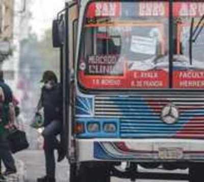 Transportes públicos podrán operar con hasta 10 personas paradas