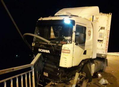 Camión casi cae del puente Nanawa