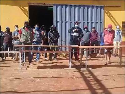 Fiscalía investiga a 41 connacionales tras quema de colchones en albergue