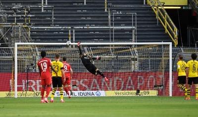 Con polémica de por medio, Bayern superó al Dortmund y se acerca al título