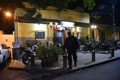 Detienen a dos hombres por perturbación a la paz pública y resistencia