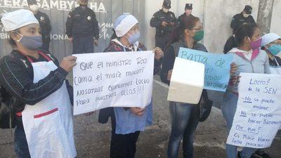 """""""En Paraguay el virus es el hambre"""", reclaman frente a la SEN"""
