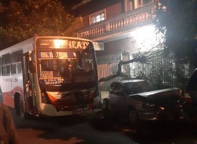Colectivo causa cuádruple choque en Asunción
