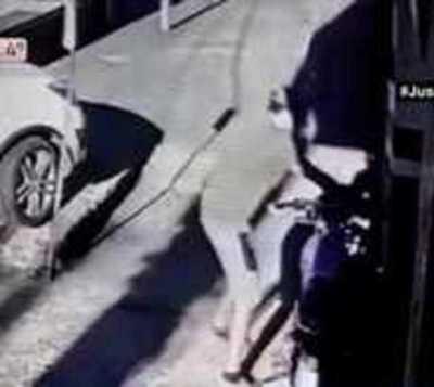 Vuelve con todo la delincuencia: Le roban la moto frente a su trabajo