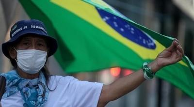 El desempleo en Brasil subió hasta el 12,6 % en abril por crisis de COVID-19