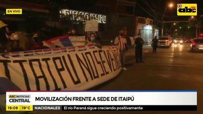 Ciudadanos se movilizan frente a edificio de Itaipú