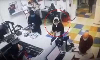 |VIDEO| Se quitó en público la ropa interior para usarla como mascarilla
