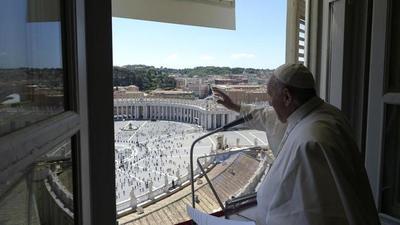 Fieles vuelven a la plaza de san Pedro para el Regina Coeli del Papa