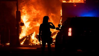 EE.UU. arde en una noche de protestas