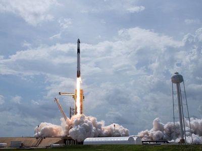 La cápsula de SpaceX llega a la Estación Espacial tras 19 horas de vuelo