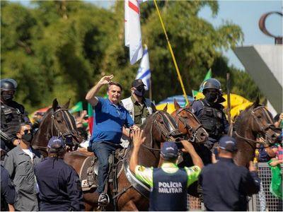 Bolsonaro se pasea a caballo entre miles de personas e ignora al Covid-19