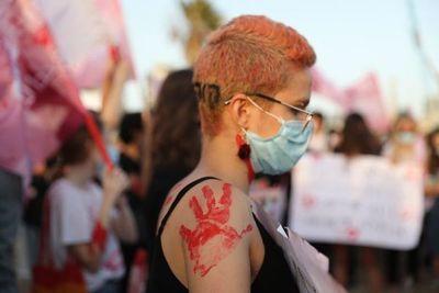 Mujeres israelíes vuelven a protestar contra feminicidios durante pandemia