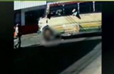 Motociclista atropellado por un bus