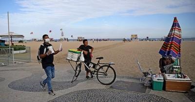 """Río de Janeiro vuelve a la playa en una reapertura """"precoz"""""""