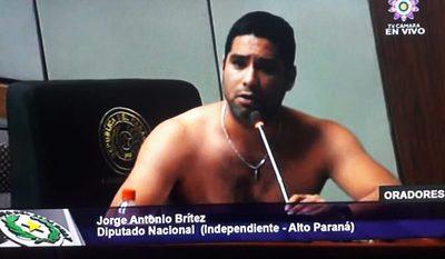 Jorge Brítez se saca la remera para exigir trabajo para los del Alto Paraná