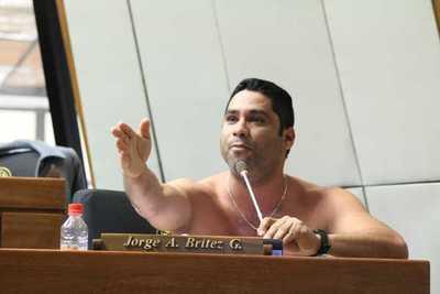 Se rasgó las vestiduras: diputado Jorge Brítez se arrancó la camisa en plena sesión