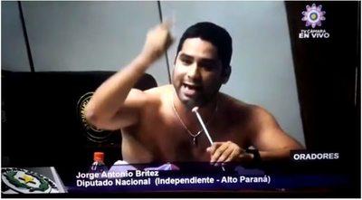 Diputado se saca la camisa en plena sesión, al hablar sobre la crítica situación de Alto Paraná