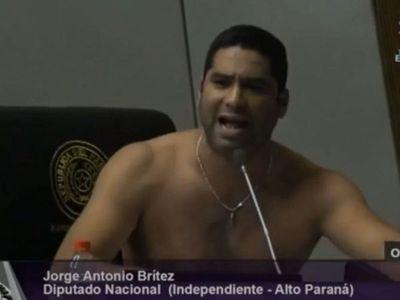 Diputado se sacó la remera para pedir reapertura de la frontera con Brasil