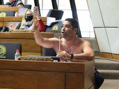 Jorge Brítez se saca la ropa para pedir que se abran las fronteras