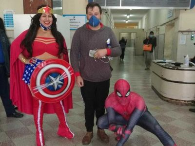El Hombre Araña visitó a Luquitas en el hospital