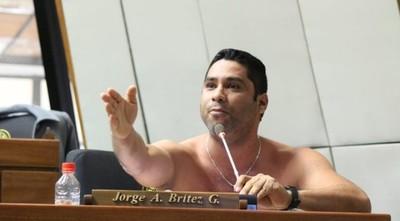 """Con """"striptease"""", Brítez pide reapertura del puente"""