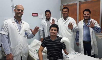 Joven con implante de mano recibió el alta médica