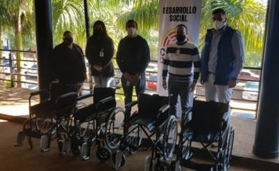 Municipalidad de CDE entrega sillas de ruedas al Hospital Regional