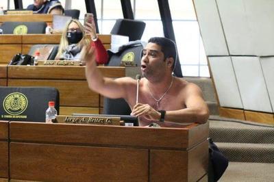 Diputado se quitó la ropa para pedir que se abran las fronteras – Prensa 5