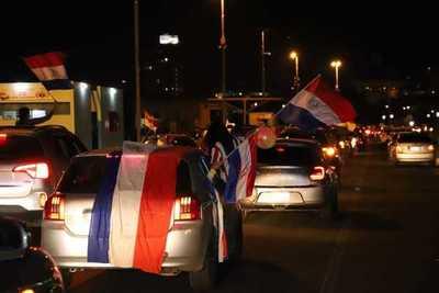 Asunción: Con bocinazos en caravana, exigen castigo para los corruptos