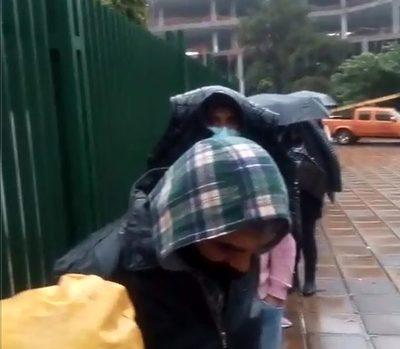 Bajo la lluvia, usuarios de ANDE esperan ser atendidos