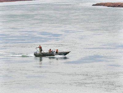 A un mes del vuelco de canoa en el río Paraná, un joven sigue desaparecido