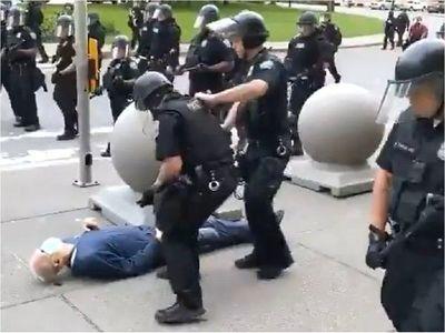 Imputan a policías que empujaron a anciano en Nueva York