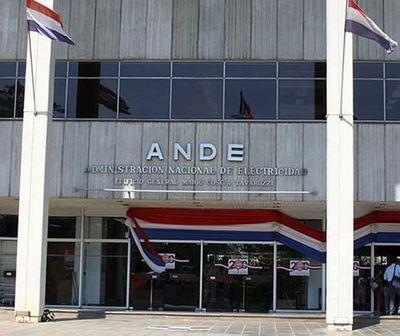 """Largas filas para reclamar """"sobrefacturaciones"""" de la ANDE"""