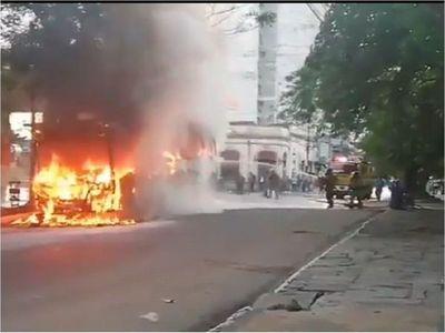 Colectivo arde en llamas en pleno centro de Asunción