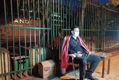 Senador se encadena en contra de las sobrefacturaciones de ANDE · Radio Monumental 1080 AM