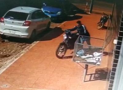Quedó grabado en video: hurtan motocicleta estacionada
