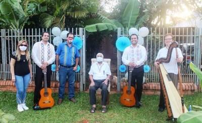 Músicos luqueños homenajearon con emotiva serenata a excombatiente • Luque Noticias